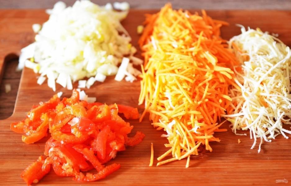Для начала нам нужно подготовить все овощи. Мелко режем лук и перец, морковь, корень сельдерея и свеклу трем на терке, капусту шинкуем, а картофель режем кубиками.