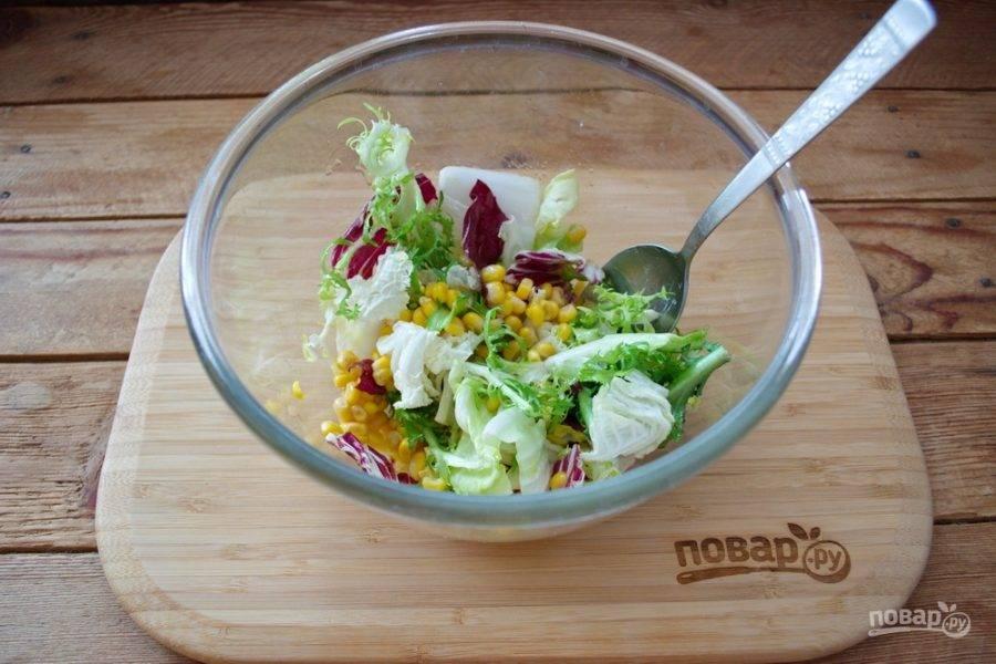 В салатник добавьте консервированную кукурузу и заправку. Перемешайте.