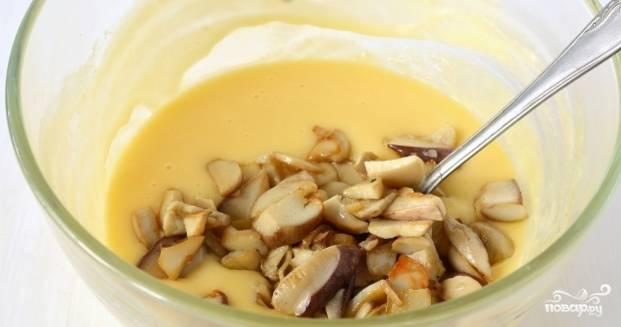 7. Готовые грибы соедините с расплавленной сырной массой, хорошенько их вмешайте в нее.
