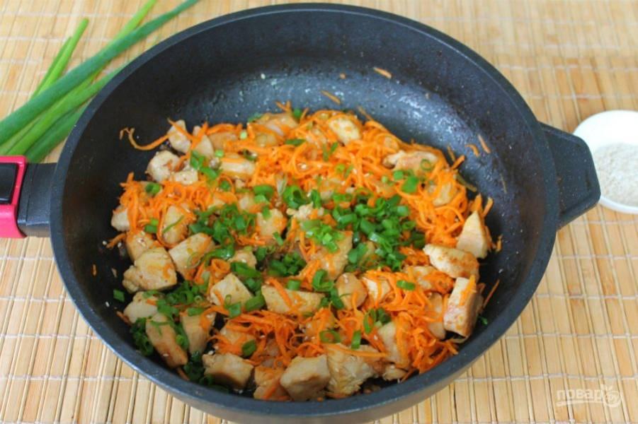 В готовое блюдо добавляем зеленый лук.