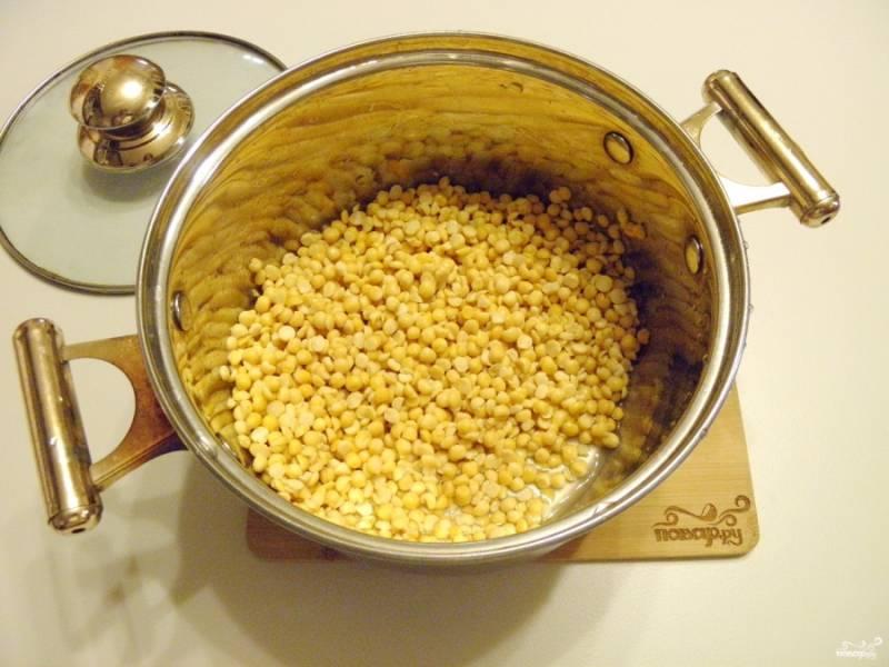 Переложите горох в кастрюлю с двойным дном или казан, можно взять антипригарную. Залейте водой, посолите немного, и варите до полного разваривая гороха. Воду максимально выпаривайте.