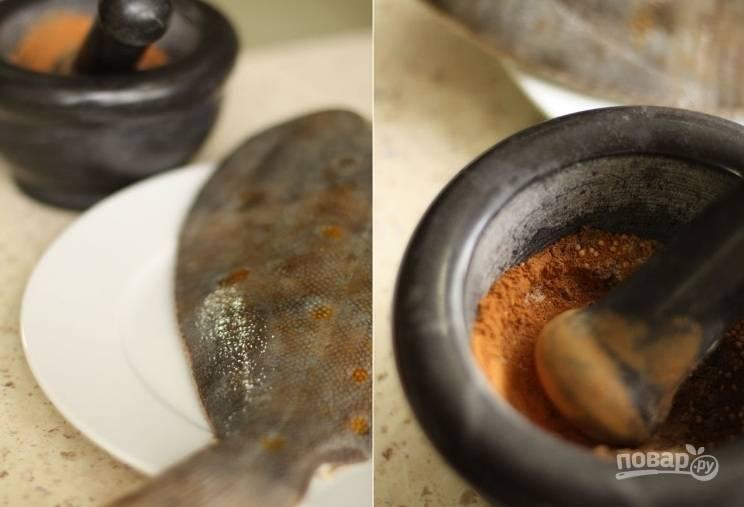 1. Камбала готовится очень быстро и легко. Для сочности я использовала специальный маринад. В ступке нужно соединить специи, которые указаны в рецепте и тщательно их растолочь вместе. Рыбку нужно почистить и хорошенько вымыть.