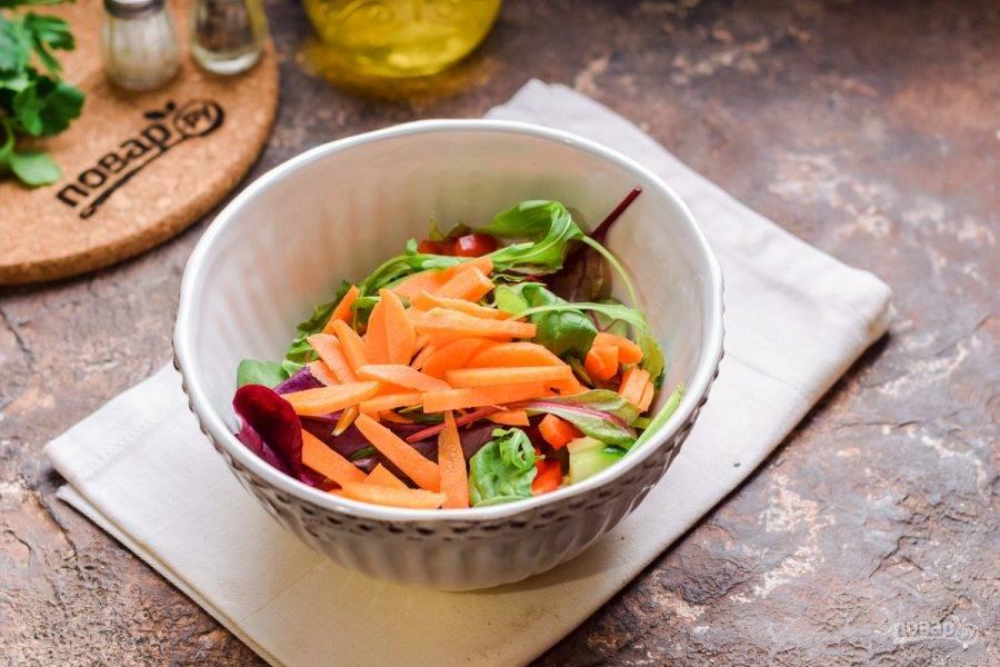 Морковь нарежьте полосками и добавьте в салат.