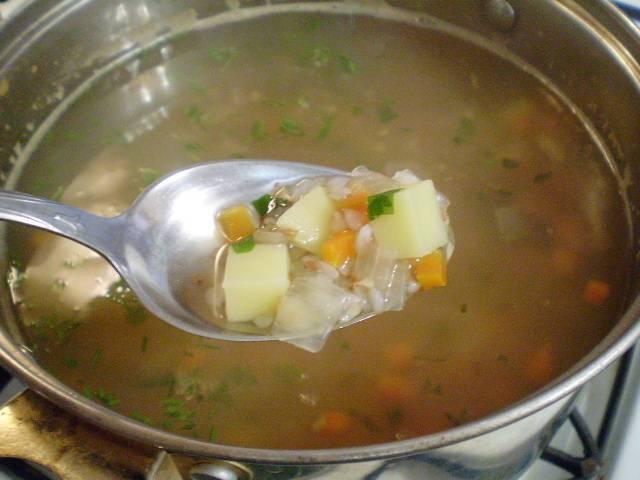 7. Добавляем зелень рубленую, провариваем еще 1 минуту. Суп гречневый готов. Можно добавить при подаче кусочек отварного нежирного мяса. Приятного!