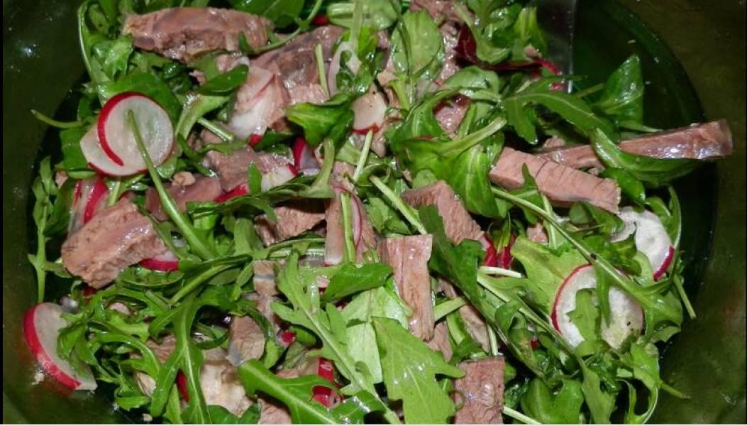 4. Уже перед подачей добавим салатный микс, перемешаем и подаем! Приятного аппетита!