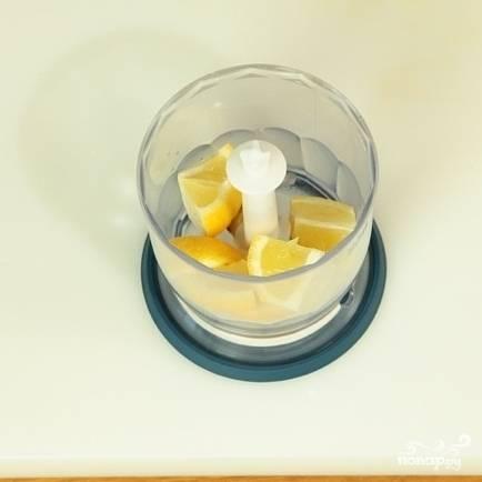 Лимон разрежьте на дольки, очистите от косточек и измельчите в блендере.