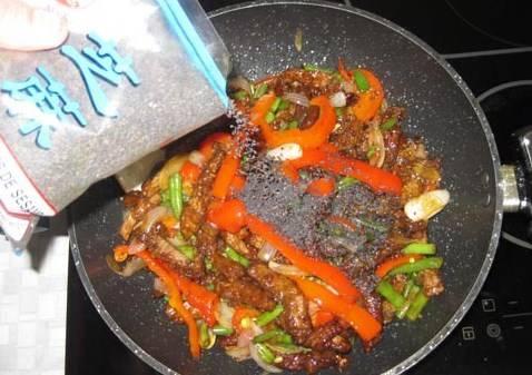 Добавляем семена кунжута. Все обжариваем, перемешивая около 4-5 минут.
