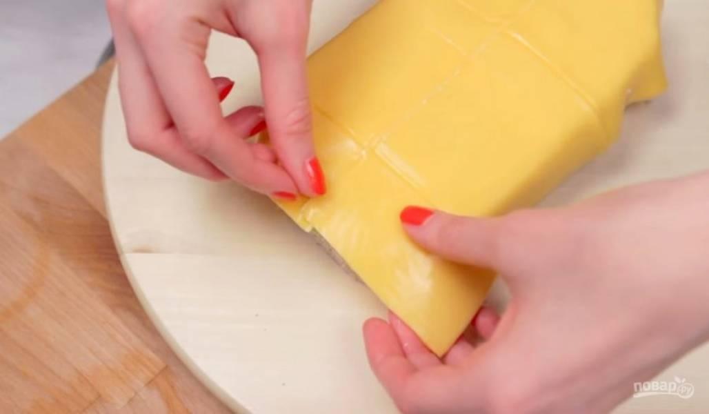 5. Украсьте торт: на поверхность аккуратно выложите кусочки плавленого желтого сыра, закрепив их с помощью горячего воздуха (для этого воспользуйтесь феном).
