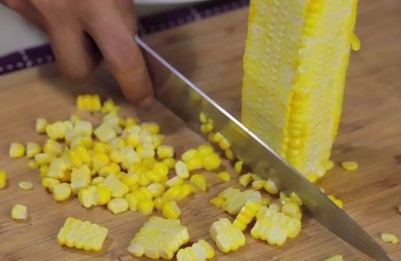 5. С остывшего початка необходимо срезать зерна. Делать это нужно острым ножом, отрезая по кочану.
