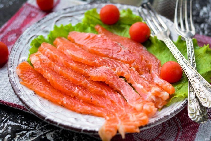 За двое суток семга получается малосольной и очень вкусной. Нарежьте рыбу тонкими кусочками, срезая с кожуры и подавайте к столу. Приятного аппетита!