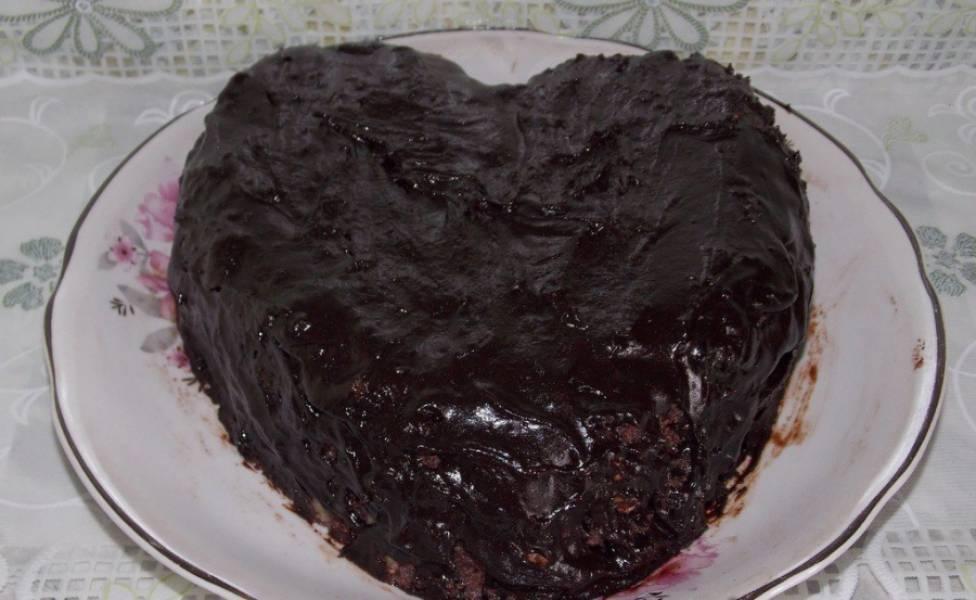 Приготовленной глазурью полейте торт со всех сторон.