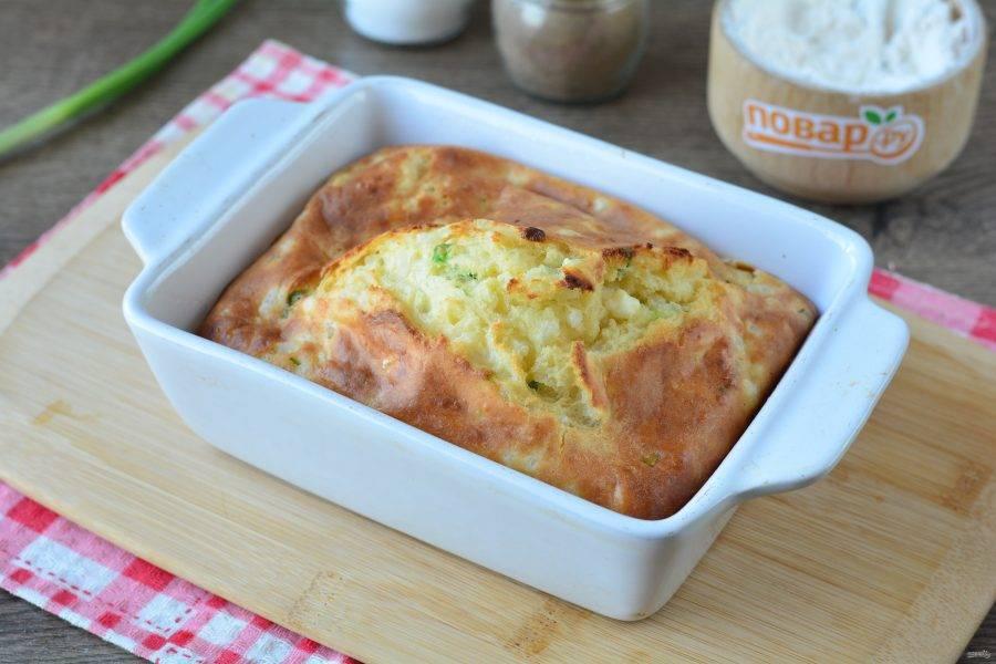 Выпекайте пирог в духовке 35-40 минут при температуре 180 градусов до румяной корочки. За счет разрыхлителя пирог хорошо поднимется.