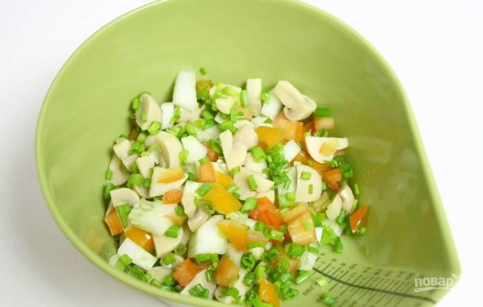 3.Все подготовленные ингредиенты отправляю в миску, а затем ставлю в холодильник на 1 час до полного охлаждения всех продуктов.
