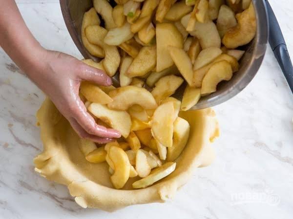 8. Выложите тесто в жаропрочную форму, а сверху – яблоки.