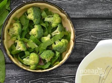 Раскладываем шпинат и брокколи.