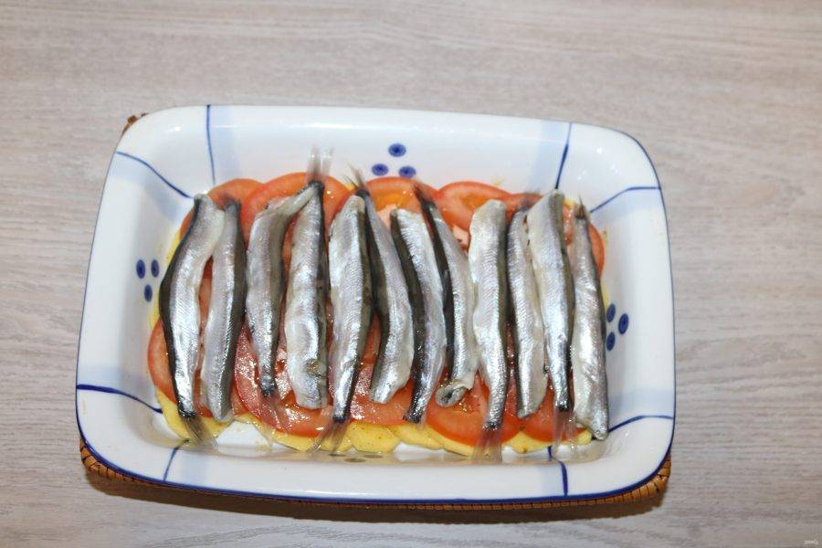 Затем уложите плотненько рыбу. Слегка посыпьте солью и специями.