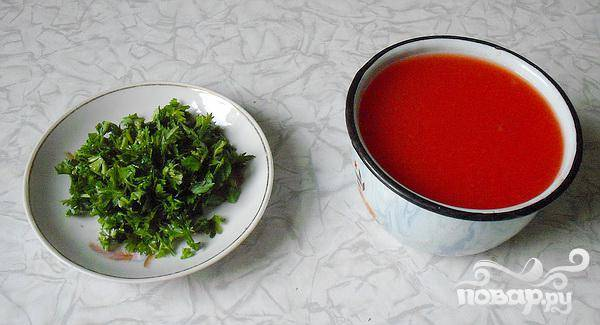 4.Минут через десять, когда будет готов картофель, добавляем протертых томатов или томатный сок, и так же добавим измельченную зелень.