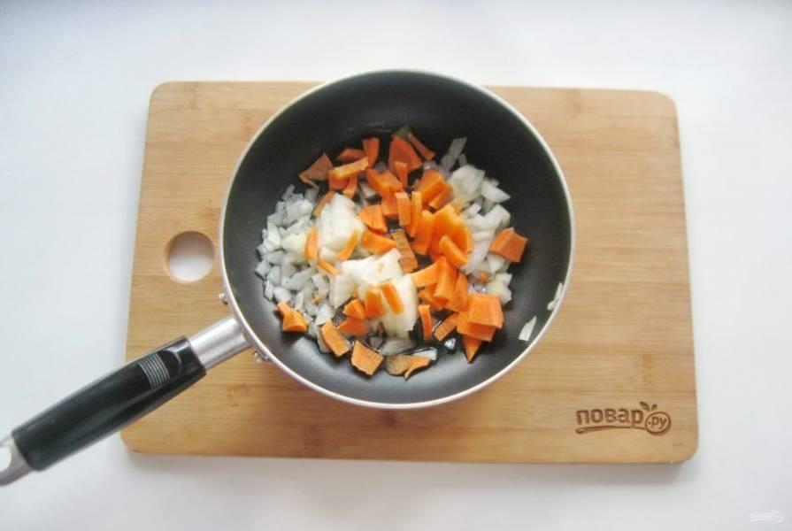 Морковь и лук мелко нарежьте, выложите в сковороду с рафинированным подсолнечным маслом и припустите на среднем огне в течение 7-8 минут.
