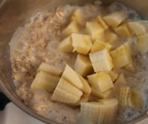 3. В конце добавляем нарезанный банан, и доводим кашу до готовности.