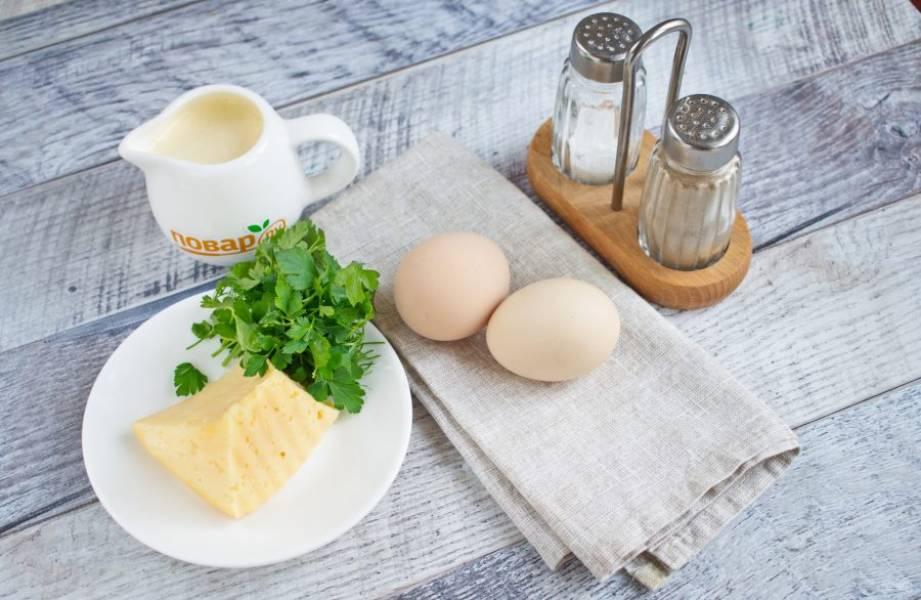 Подготовьте необходимые продукты. На сковороде раскалите растительное масло.