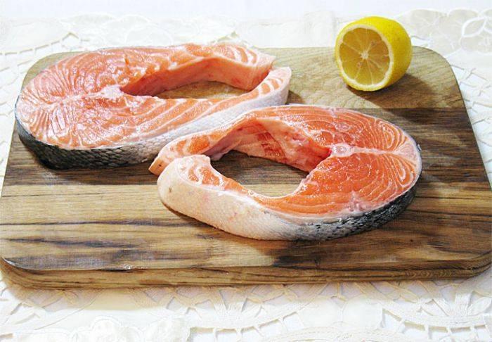 Начнем с того, что тщательно обмоем стейки из лосося (если у вас целый лосось - сначала нарежьте на стейки, а потом мойти). Затем дадим обсохнуть или обсушим при помощи бумажного полотенца.