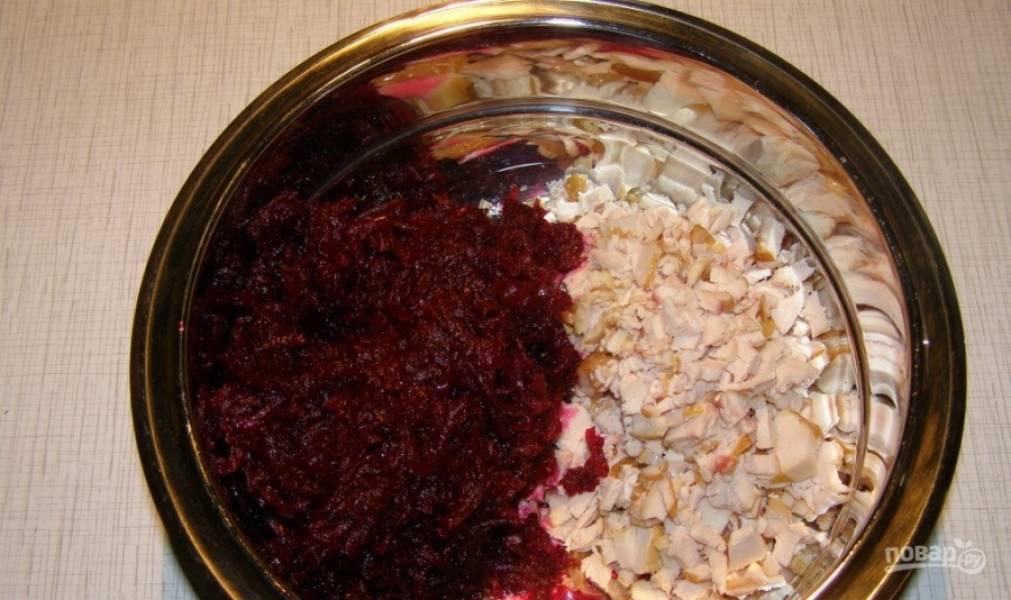 Свеклу вымойте и отварите целиком до готовности. Очистите вареную свеклу, натрите её на терке. Положите в миску или салатник отварную свеклу и копченую курицу.