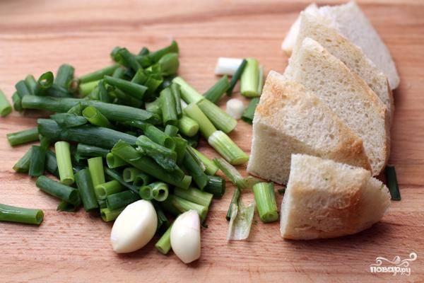 Затем добавляем в огуречное пюре хлебный мякиш, перцы, чеснок, зеленый лук, петрушку, оливковое масло и соль. Измельчаем еще раз, опять до однородности.