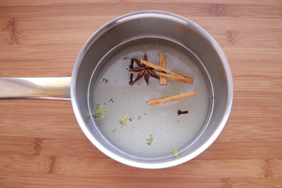 В сотейнике соедините 400 г сахара и 400 мл воды, добавьте пряности и поставьте на огонь.