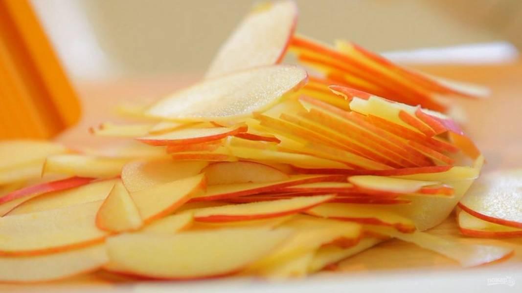 7. Затем нашинкуйте яблоки тонкими слайсами.