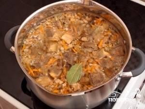 7. Затем добавляем лук, морковь, лавровый лист, солим. Варим до готовности картофеля.