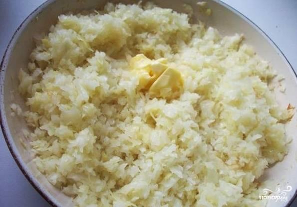 1. Первым делом поставьте варить 4 яйца вкрутую. Капусту нашинкуйте мелко (чтобы сэкономить время можно измельчить ее в блендере). На сковороде или в сотейнике разогрейте растительное масло и обжарьте капусту до мягкости около 10 минут. В конце добавьте сливочное масло.