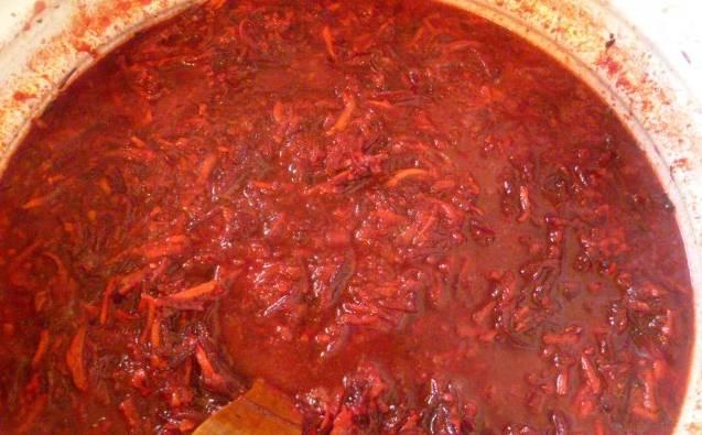 2. Помидоры перетираем в блендере или в мясорубке. Вливаем томатную пасту к овощам, уменьшаем огонь. Тушим под крышкой, пока не закипит. Добавим соль и специи по вкусу. Тушим час на медленном огне.