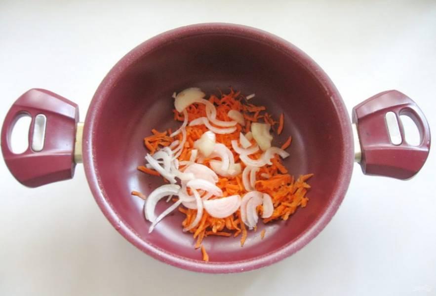 Морковь и лук очистите, помойте и нарежьте. Выложите в кастрюлю.