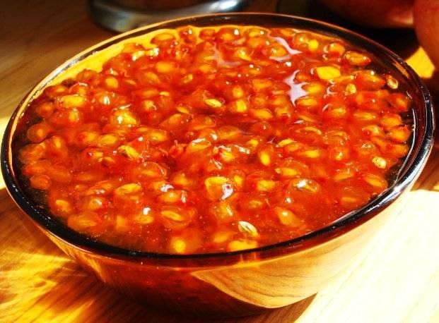 4. Теперь дело за вами - можно удалить все разваренные части ягодного пюре, а можно оставить. Варенье можно закатать в стерильные баночки на зиму, а можно остудить и сразу подавать к чаю. Приятного аппетита!