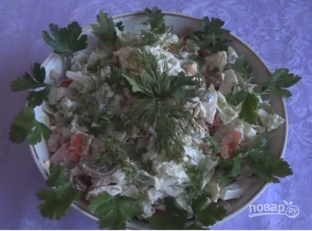 8. Украсьте зеленью и подавайте к столу. Хорошо, если салат немного постоит в холодильнике.