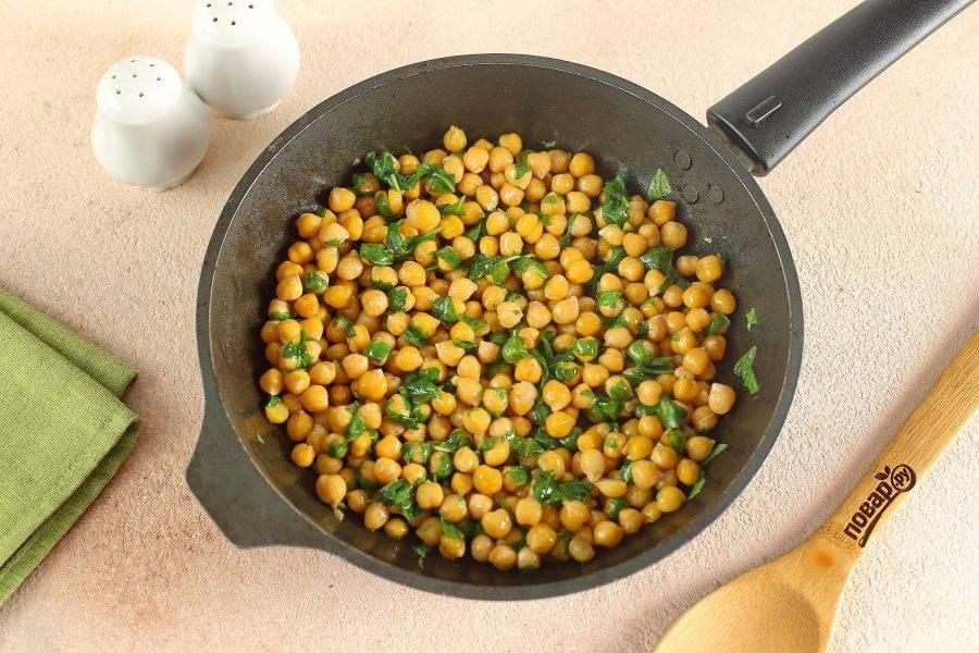 Добавьте шпинат, соль и перец по вкусу. Перемешайте, накройте крышкой и выдержите еще 1-2 минуты. Нут со шпинатом готов.
