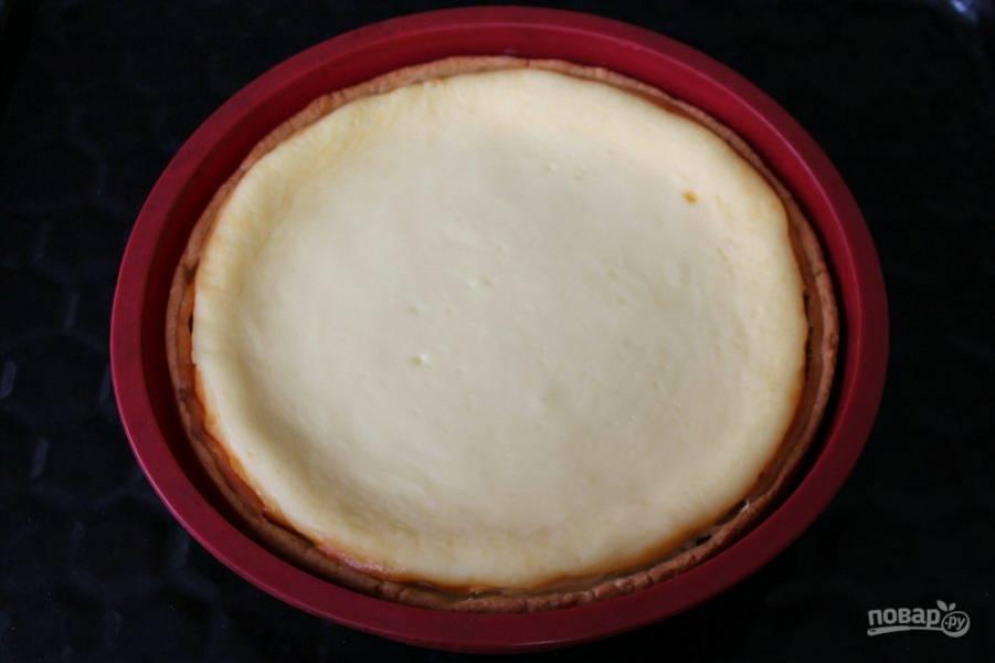Духовку выключаем. Пирог оставляем в горячей духовке еще на 20 минут. Затем, остужаем на столе при комнатной температуре и вынимаем из формы.