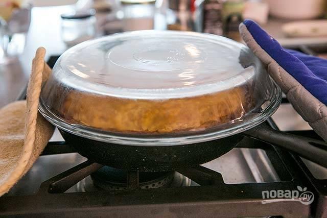 9.Удалите сковороду из духовки, накройте ее блюдом и аккуратно переверните.