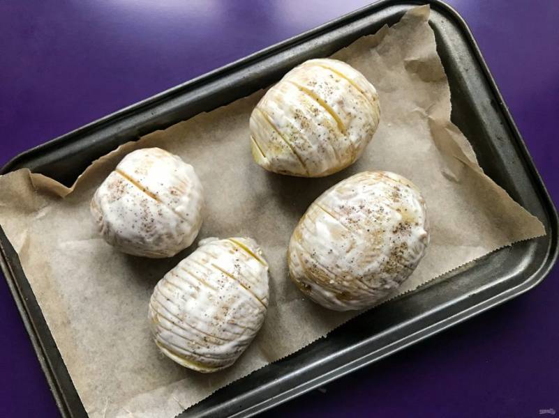Смажьте картофель со всех сторон соусом. Посолите и поперчите. Отправьте запекаться на 30 минут при температуре 200 градусов.