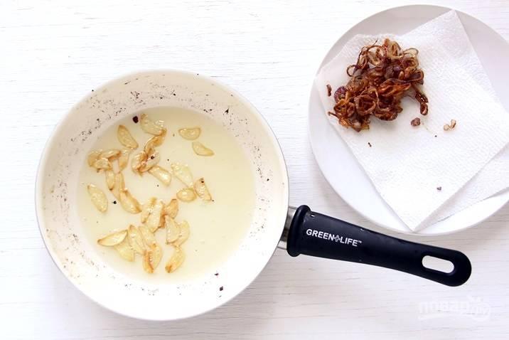 Затем отдельно обжарьте в масле лук и чеснок до золотистого цвета.