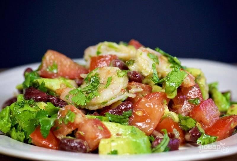 Салат с креветками, авокадо и кинзой