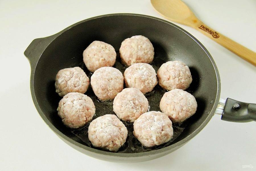 Сформируйте из фарша тефтели, обваляйте их в муке и выложите на разогретую сковороду.