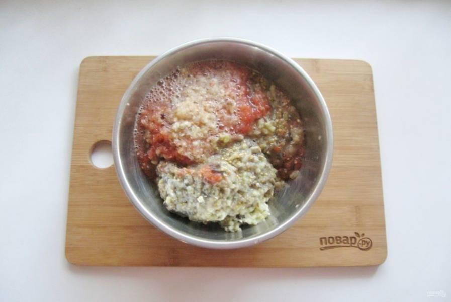 Пропустите через мясорубку баклажаны, помидоры, яйца, лук и чеснок.