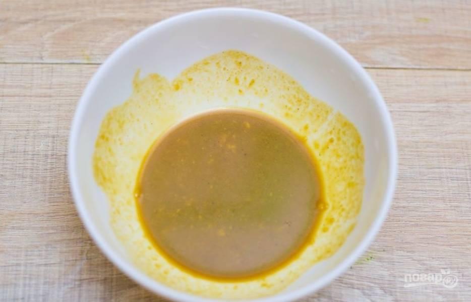 3.Для соуса: в миску кладу горчицу, к ней добавляю соевый соус и хорошенько перемешиваю.