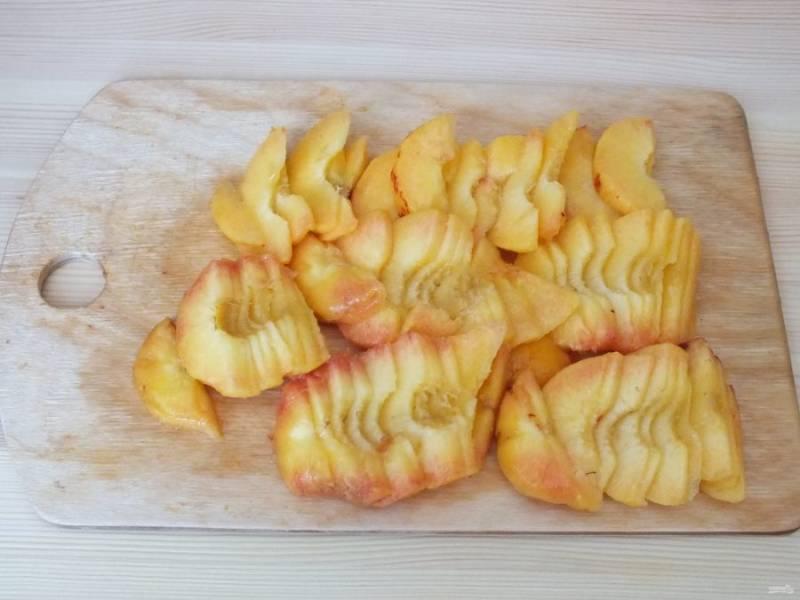 Остальные персики максимально очистите от кожуры и нарежьте тонкими ломтиками.