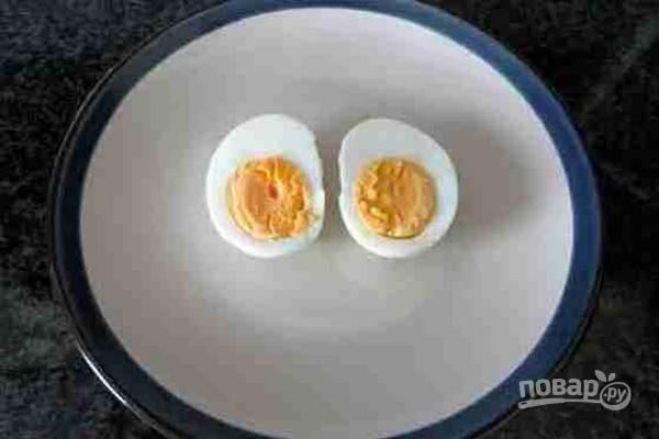 2.Яйцо отварите вкрутую и почистите.