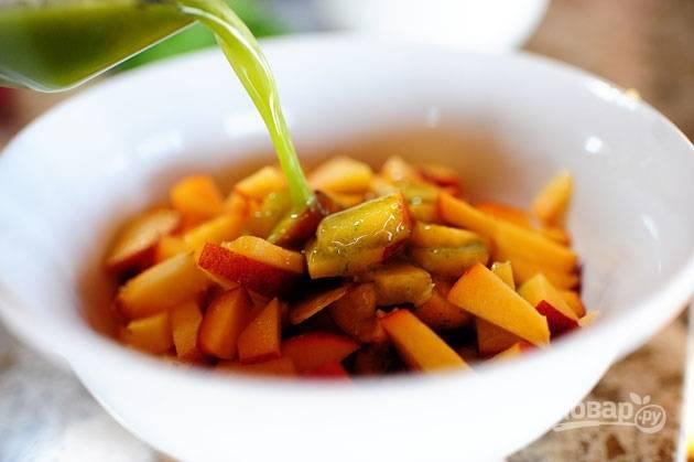 """4. Зеленый сироп отправьте к персикам, перемешайте готовый топпинг и оставьте на несколько минут """"подружиться между собой"""". Так ингредиенты поменяются ароматами и топпинг приобретет тот самый вкус."""