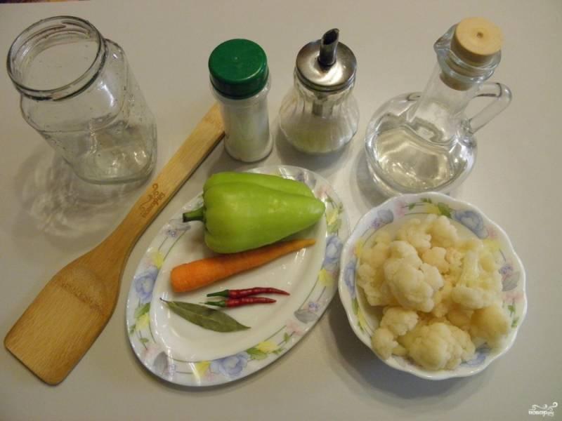Подготовьте необходимые продукты, стерильные баночки и стерильные крышки. Капусту разберите на соцветия, кочерыжка нам не понадобится.