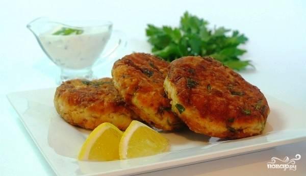 Биточки из лосося с картофелем и зеленью