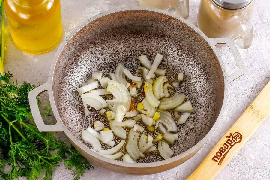 Репчатый лук очистите от кожуры и промойте в воде, нарежьте полукольцами или мелкими кубиками и отпассеруйте в горячем растительном масле в казане примерно 3-4 минуты. По желанию на этом этапе вы можете добавить и морковь.